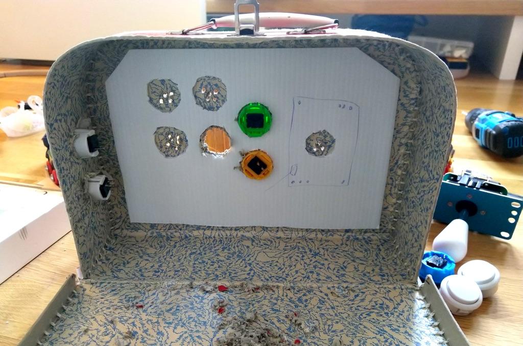 Plastplate med hull til knappene og stikka.