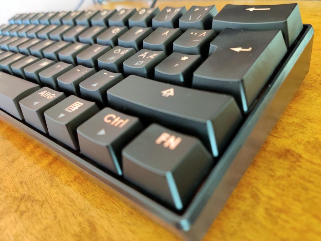 Tastaturet sett fra høyre side.
